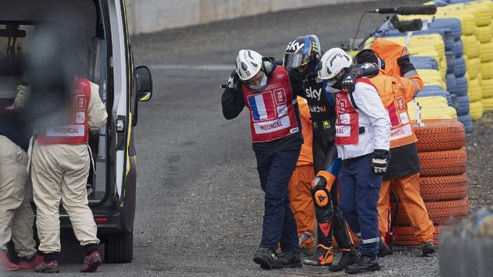 LE MANS, FRANCE - OCTOBER 09: Luca Marini of Italy and Sky Racing Team VR46 with medical staff after crashed out during the MotoGP of France: Free Practice at Bugatti Circuit  on October 09, 2020 in Le Mans, France. (Photo by Mirco Lazzari gp/Getty Images)