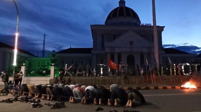 Mahasiswa di Palopo menghentikan demonstrasi untuk salat magrib berjamaan dengan aparat TNI-Polri