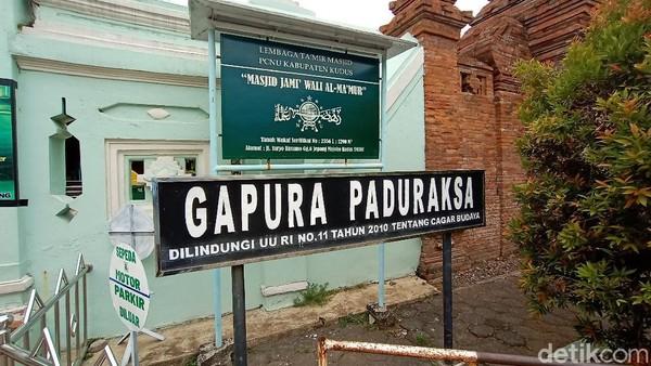 Lokasinya terletak di Jalan Suryo Kusumo gang 6, Desa Jepang Kecamatan Mejobo, Kudus, Jawa Tengah. Menurut juru pelihara, masjid dan gapura ini dibangun oleh Arya Penangsang, murid kesayangan Sunan Kudus.