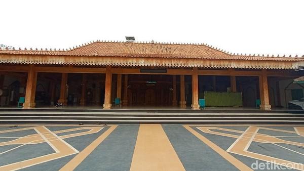 Masjid Wali sendiri cukup mencolok fasadnya. Masjid Wali itu digunakan sebagai tempat ibadah hingga tempat istirahat Arya Penangsang saat dari Cepu, Blora menuju ke Kudus.