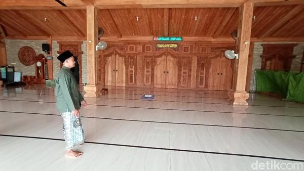 Masjid ini pun menjadi salah satu tempat wisata religi di Kudus. Gapura Paduraksa juga masuk dalam benda cagar budaya dengan ditandai papan yang menyebut bangunan itu dilindungi UU No.11 Tahun 2020 tentang cagar budaya.