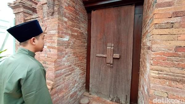 Bentuk Gapura Paduraksa dengan sisi kanan dan sisi kirinya mengapit pintu masjid dan disatukan oleh sebuah atap. Atapnya juga tidak sembarangan, sebagai simbol dari persatuan antara ulama dan umarok alias penguasa.