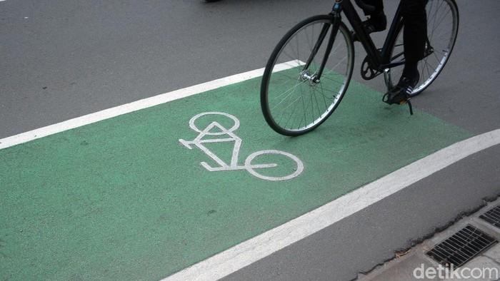 Jalur sepeda juga memberikan edukasi untuk para pedagang kopi keliling yang menggunakan sepeda dengan selalu tertib berada di jalurnya