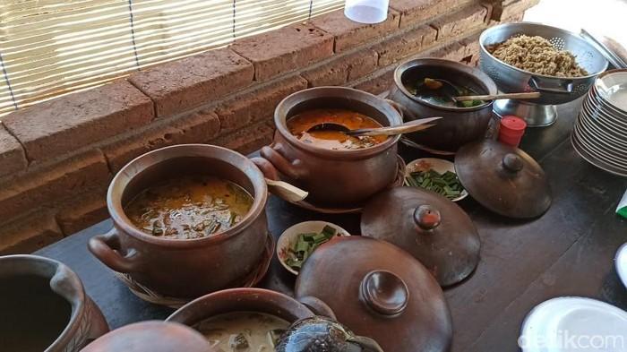 Rumah Makan Kembar Jowo di Ponorogo berbeda dengan rumah makan kebanyakan. Konsep yang ditawarkan yakni nuansa tradisional.