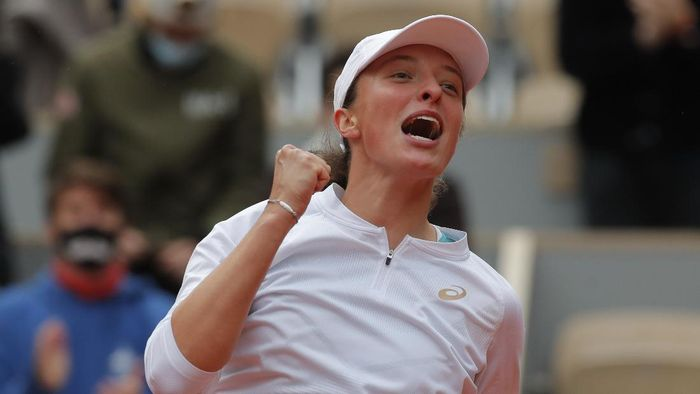 Polands Iga Swiatek celebrates winning the final match of the French Open tennis tournament against Sofia Kenin of the U.S. in two sets, 6-4, 6-1, at the Roland Garros stadium in Paris, France, Saturday, Oct. 10, 2020. (AP Photo/Michel Euler)