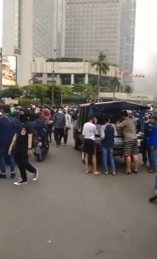 Penjual Tahu Bulat dan Es Teh Layani Pembeli di Aksi Demo