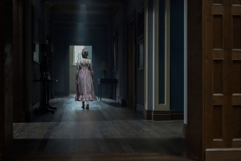 THE HAUNTING OF BLY MANOR (L to R) BENJAMIN EVAN AINSWORTH as MILES and VICTORIA PEDRETTI as DANI in THE HAUNTING OF BLY MANOR Cr. EIKE SCHROTER/NETFLIX  2020