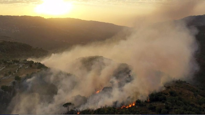 Kebakaran hutan terjadi di perbatasan Lebanon yang diduga dipicu oleh gelombang panas pada Sabtu (10/10/2020) waktu setempat.