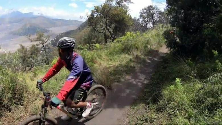 Bersepeda menaklukkan trek menantang Gunung Bromo