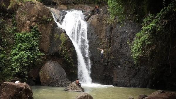 Meski tidak direkomendasikan untuk dilakukan, para pengunjung tetap nekat melompat dari atas air terjun ke kolam di bawahnya. Air segar yang langsung terasa begitu terciprat ke tubuh memang jadi sensasi tersendiri. (Syahdan Alamsyah/detikcom)