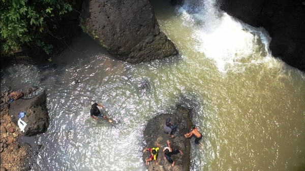 Curug Indra memang menjadi bagian dari kawasan Ciletuh Geopark Palabuhanratu, sebuah kawasan yang diakui oleh UNESCO. Untuk bisa menikmati indahnya Curug Indra, wisatawan bisa membayar seikhlasnya sekedar untuk biaya perawatan lokasi ini. (Syahdan Alamsyah/detikcom)
