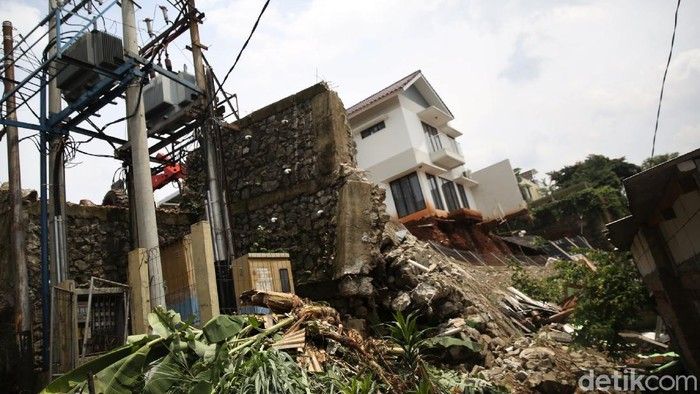 Sisa longsor di kawasan Ciganjur, Jakarta Selatan, mulai dibersihkan petugas. Pembersihan material longsor itu diperkirakan memakan waktu lebih dari seminggu.