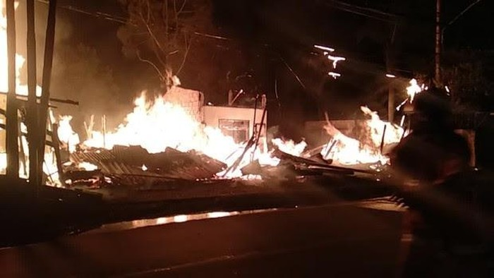 Kebakaran Pabrik Kayu di Tole Iskandar Depok