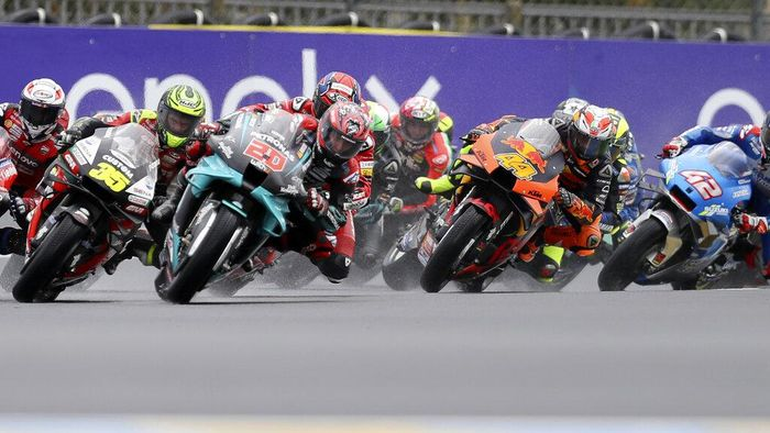 Frances rider Fabio Quartararo of the Petronas Yamaha SRT, second left, leads the pack at the start of the MotoGP race of the French Motorcycle Grand Prix at the Le Mans racetrack, in Le Mans, France, Sunday, Oct. 11, 2020. (AP Photo/David Vincent)