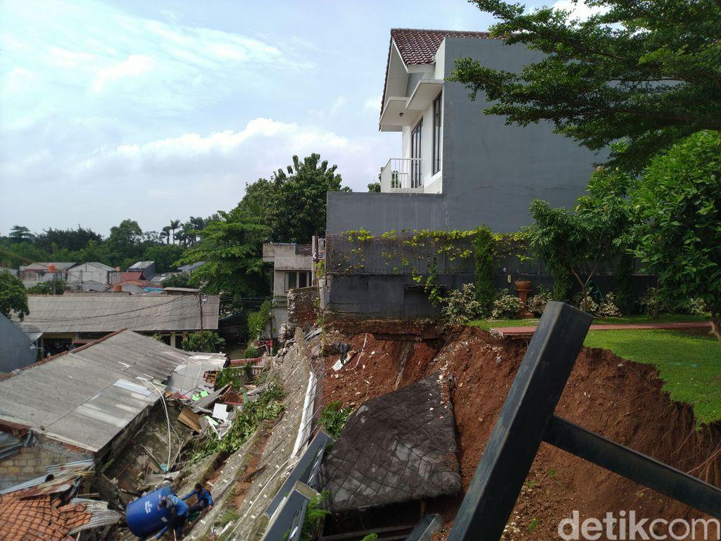Hujan deras mengakibatkan longsor di wilayah Ciganjur, Jagakarsa, Jakarta Selatan (Jaksel). Longsoran itu lantas menimbun aliran sungai sehingga menyebabkan air membeludak di permukiman warga.