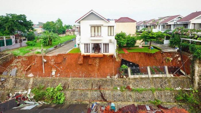 Kondisi tembok pembatas kali di pemukiman yang roboh menutup aliran Kali Anak Setu, Kelurahan Ciganjur, Jagakarsa, Jakarta Selatan, Minggu (11/10/2020)