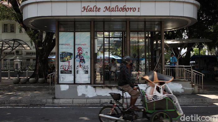 Kawasan Malioboro sempat jadi sasaran aksi vandalisme dan perusakan saat demo tolak UU Cipta Kerja. Kini kawasan itu berbenah dan kembali ramai oleh wisatawan.