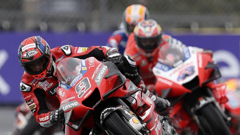 Italian rider Danilo Petrucci of the Ducati Team steers his motorcycle followed by Australian rider Jack Miller of the Pramac Racing during the MotoGP race of the French Motorcycle Grand Prix at the Le Mans racetrack, in Le Mans, France, Sunday, Oct. 11, 2020. (AP Photo/David Vincent)
