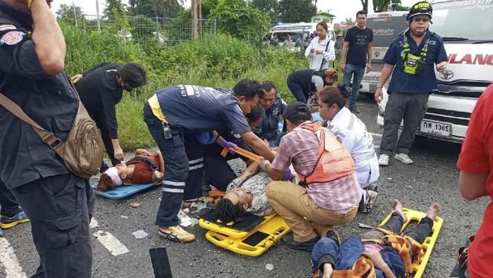 Kecelakaan maut antara bus dan kereta terjadi di Thailand. Sedikitnya 17 orang tewas dan puluhan lainnya terluka akibat tabrakan maut tersebut.