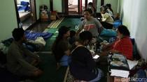 Ratusan Warga Mengungsi Akibat Longsor dan Banjir di Ciganjur