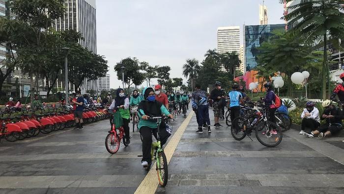 Suasana warga berolahraga di kawasan Sudirman, Jakarta pada Minggu (11/10/2020) pagi.