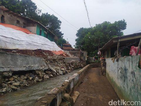 Turap Kali Sarua, Pasar Minggu, Jaksel, ambrol (Luqman/detikcom)