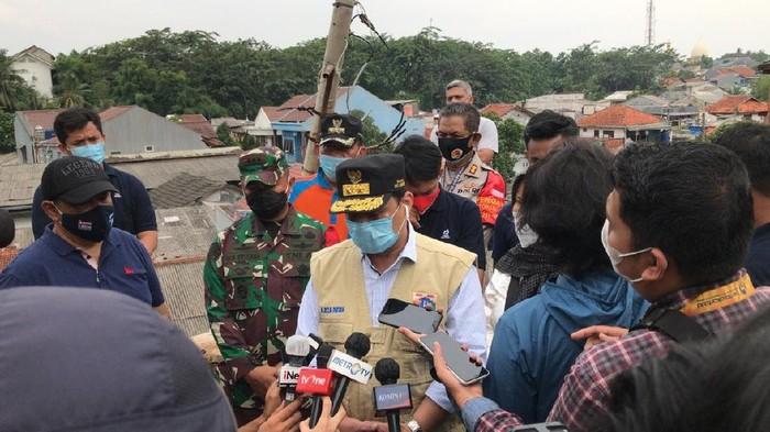 Wagub DKI Jakarta A Riza Patria tinjau lokasi banjir dan longsor di Ciganjur Jaksel (Foto: Tiara/detikcom)
