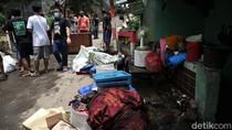 Momen Warga Selamatkan Barang Berharga Saat Banjir Rendam Ciganjur