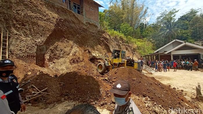 Dua pekerja meninggal dunia tertimpa tanah longsor tebing di Desa Soco Kecamatan Dawe, Kudus Jawa Tengah. Polres Kudus pun akan melakukan penyelidikan terkait dengan kasus tersebut.