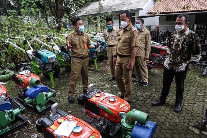 Anggota Komisi IV DPR RI, Budhy Setiawan menyerahkan bantuan hasil aspirasi untuk Dinas Pertanian Kota Bogor dari Kemetan dan Kementerian Perikanan & Kelautan.