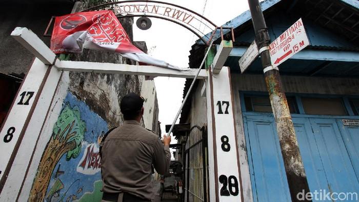 Bawaslu dan Satpol PP menertibkan alat peraga kampanye (APK) di Surakarta, Jateng, Senin (12/10). Penertiban APK dilaksanakan selama tiga hari mendatang.