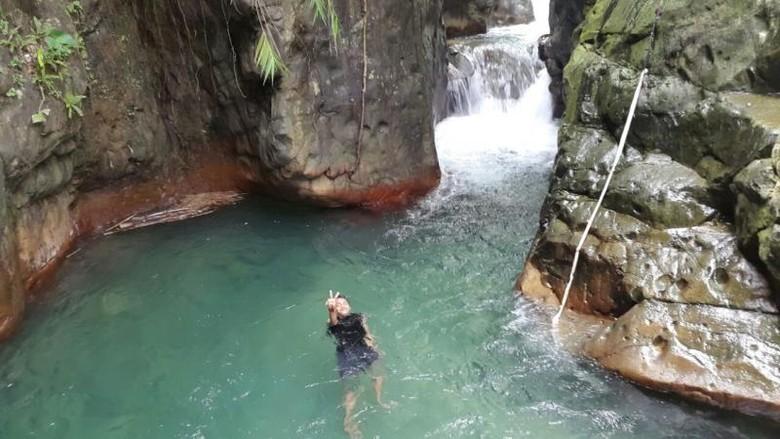 Keindahan Bogor lewat alamnya memang tidak ada habisnya untuk diceritakan, seperti halnya Curug Leuwi Lieuk yang punya kolam alami yang memikat hati.