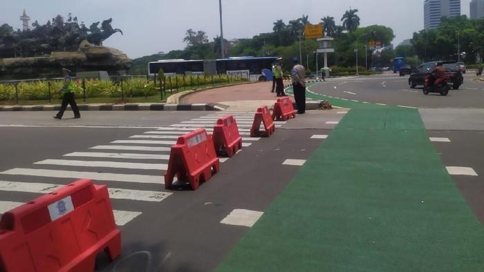 Jalan Medan Merdeka Barat, Jakarta Pusat, arah Istana ditutup akibat adanya aksi KSBSI, Senin (12/10/2020).
