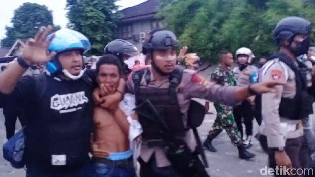 Demo tolak Omnibus Law di Ambon berujung ricuh. Dua mahasiswa diamankan polisi (Muslimin Abbas/detikcom)