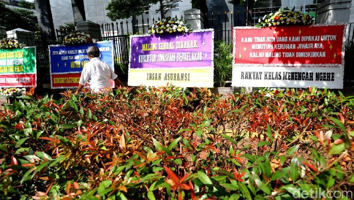 Sejumlah karangan bunga dukungan penuntasan kasus korupsi Jiwasraya terpampang di depan PN Jakarta Pusat, Senin (12/10/2020).