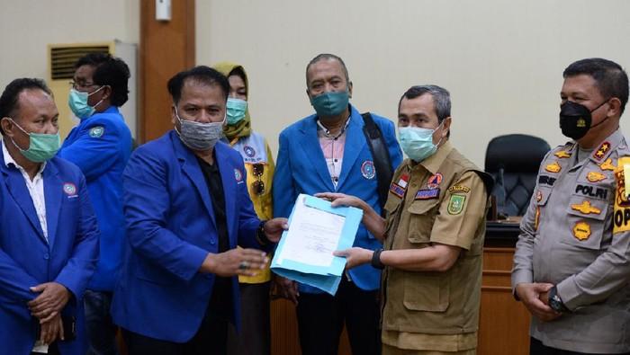 Gubernur Riau Syamsuar menyurati Presiden Jokowi soal aspirasi serikat buruh dan mahasiswa yang menolak Omnibus Law Cipta Kerja (Chaidir Tanjung/detikcom)