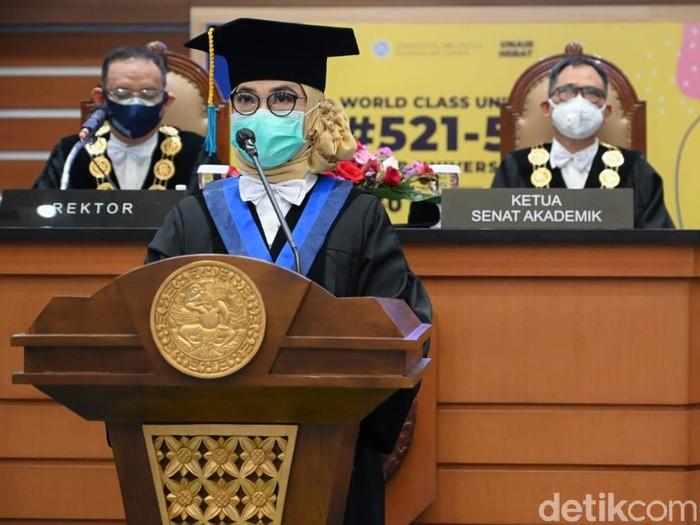 Guru Besar Biofisika, yakni Prof Dr Suryani Dyah Astuti SSi MSi.
