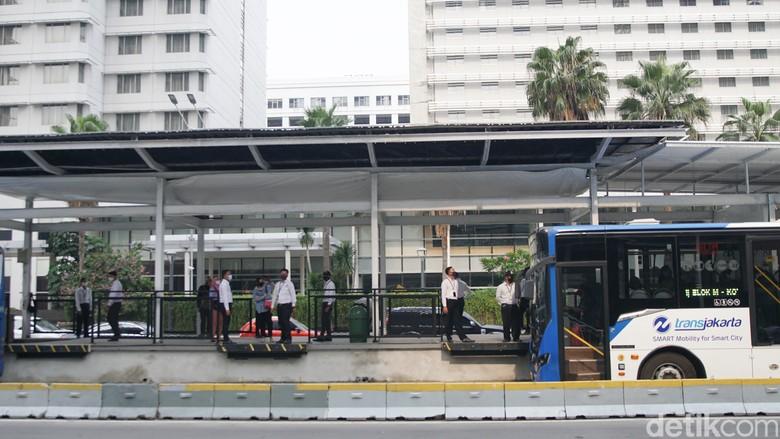 Halte TransJakarta Bundaran HI kembali beroperasi sejak pagi ini bersamaan dengan berlakunya PSBB Transisi.