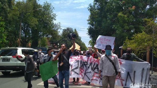 Jurnalis cirebon demo kecam kekerasan terhadap wartawan saat demo omnibus law