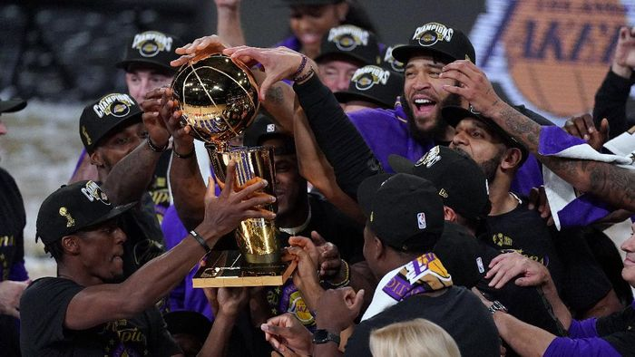 The Los Angeles Lakers players celebrate after the Lakers defeated the Miami Heat 103-88 in Game 6 of basketballs NBA Finals Sunday, Oct. 11, 2020, in Lake Buena Vista, Fla. (AP Photo/Mark J. Terrill)