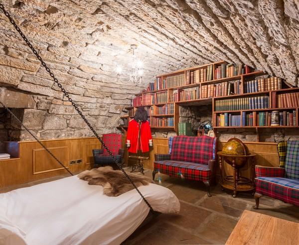 Sejarahnya, kastil ini dibangun sebagai hadiah pernikahan untuk Putri Mary, putri James II dari Skotlandia. Dulunya kastil ini juga pernah berfungsi sebagai pengadilan dan penjara.