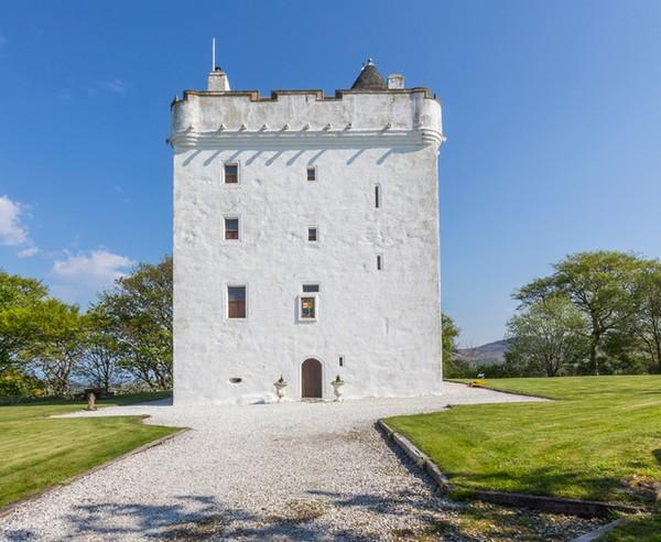 Bangunan putih ini bernama Low Castle dan berada di Law Hill, Skotlandia.