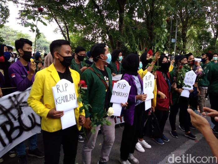 Mahasiswa bawa nisan saat demo di gedung DPRD Sumut (Datuk/detikcom)