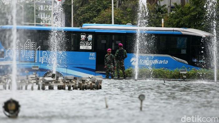 Pasukan Marinir saat menjaga di kawasan Bundaran HI, Jakarta Pusat, Senin (12/10/2020).