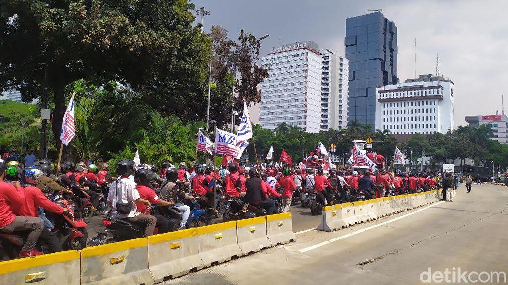 Tak Bisa Demo di Istana, Massa Buruh Bubarkan Diri di Patung Kuda