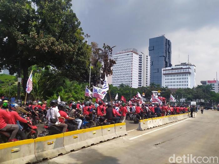 Massa buruh membubarkan diri di patung kuda (Luqman/detikcom)