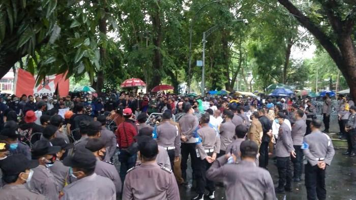 Massa buruh tetap demo DPRD Sumut meski diguyur hujan deras (Datuk-detikcom)