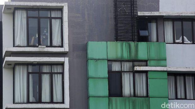 Pasein tanpa gejala COVID 19 menjalani isolasi di The Green Hotel, Kota Bekasi, Jawa Barat, Senin (12/10/2020). Menurut General Manager The Green Hotel Asep Hermasan terdapat 16 pasien OTG yang menjalani isolasi mandiri di hotel ini. Sedangkan selama hotel beroperasi untuk  pasien COVID 19 sudah merawat 20 pasien. 4 orang telah dinyatakan sembuh dan di pulangkan pada Jumat 9 oktober 2020.