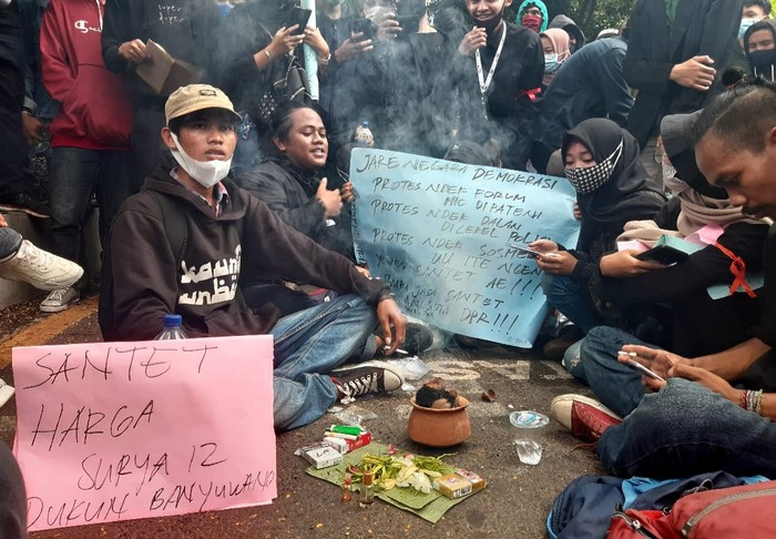 Pelajar dan Dukun Santet Ikut Aksi Demo Tolak Omnibus Law di Banyuwangi