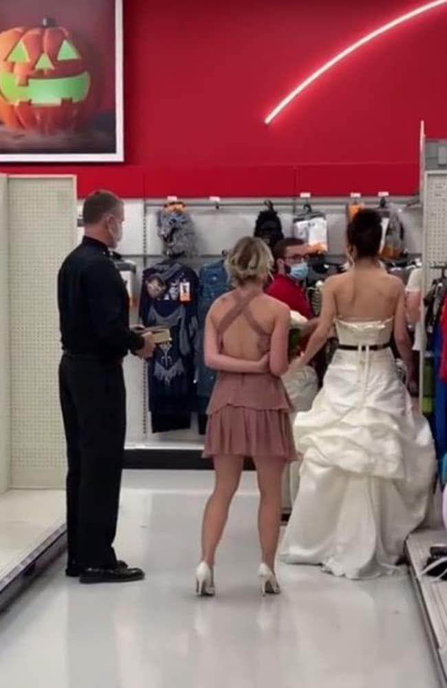 Wanita nekat datangi kantor tunangan pakai gaun pengantin untuk meminta dinikahi.